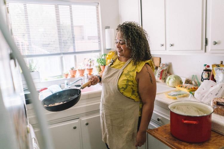 Cucina piccola con donna che ride