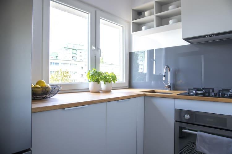 Cucina piccola con erbe e limoni